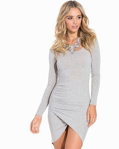 Till dam från Club L Essentials, en grå jerseyklänning.