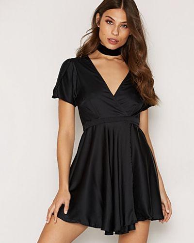 Till dam från Motel, en svart klänning.