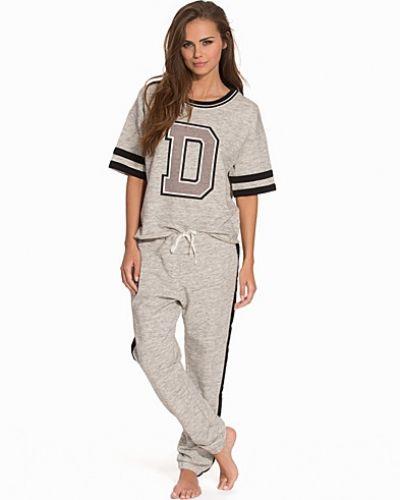 Till dam från DKNY Lounge Wear, en grå pyjamas.
