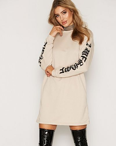 Beige klänning från NLY Trend till dam.