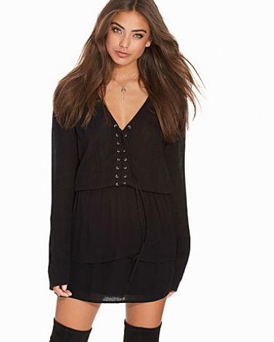 Svart klänning från NLY Trend till dam.