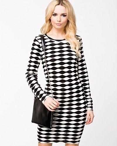 Svart långärmad klänning från Selected Femme till dam.