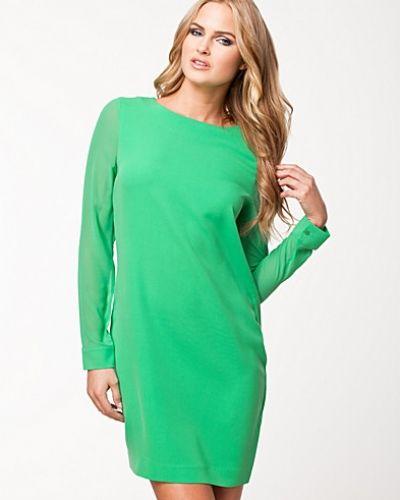 grön långärmad klänning