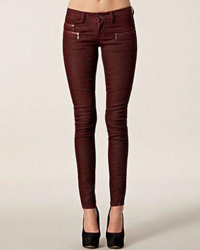 Till dam från Selected Femme, en röd blandade jeans.