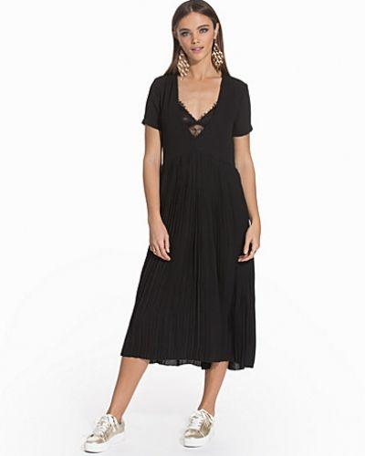 Maxiklänning Behind The Pleats Dress från NLY Trend