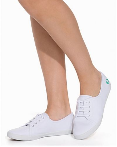 Till dam från Fred Perry, en vit sneakers.