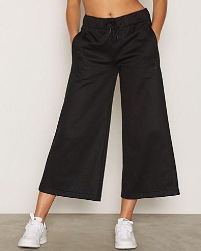 Till dam från Adidas Originals, en svart 3/4 byxa.