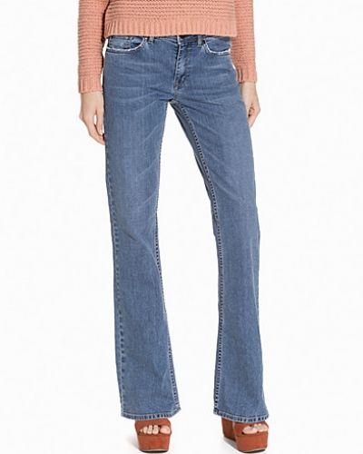 Till tjejer från mbyM, en blå bootcut jeans.