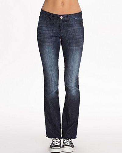 Till dam från Notion 1.3, en blå bootcut jeans.