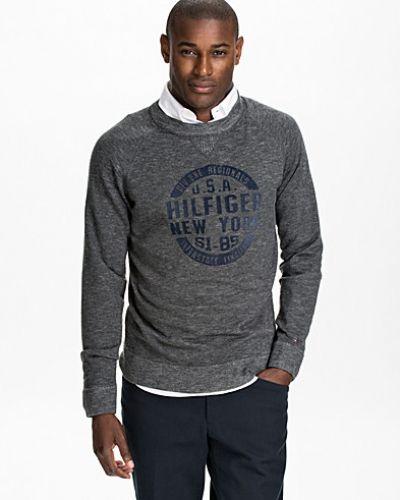 Till killar från Tommy Hilfiger, en svart sweatshirts.