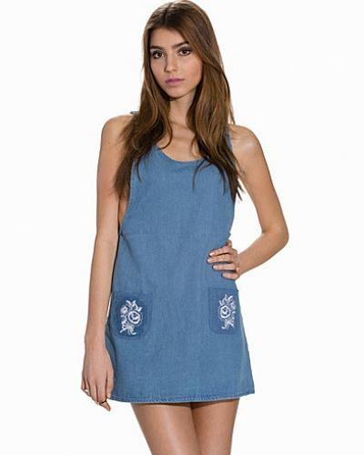 Till tjejer från Motel, en blå jeansklänning.