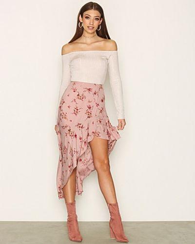 Till kvinna från NLY Trend, en rosa midikjol.