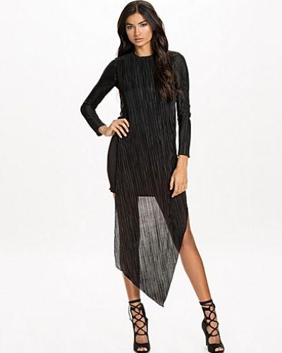 Till dam från Back, en svart festklänning.