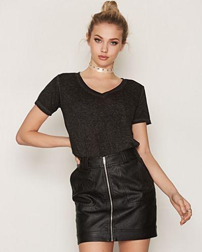 Till dam från Maison Scotch, en svart t-shirts.