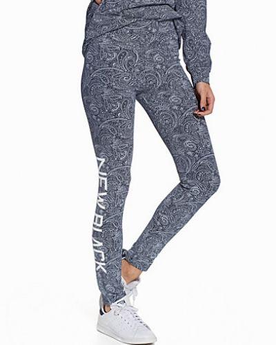 Till dam från New Black, en blå leggings.