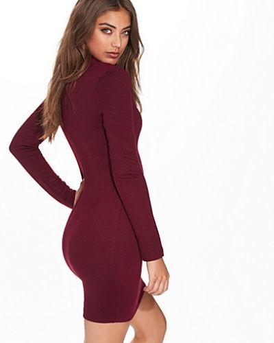 Till dam från NLY Trend, en röd jerseyklänning.