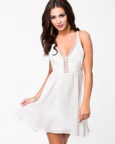 8068e060ce4d Till dam från Oneness, en vit klänning.