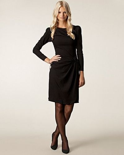 Till dam från Selected Femme, en svart långärmad klänning.