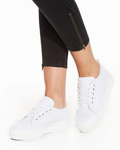 Till dam från Nly Shoes, en vit sneakers.