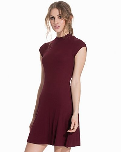 Till dam från NLY Trend, en röd klänning.