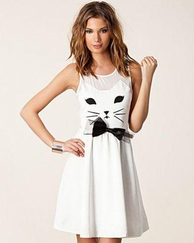 Till tjejer från Reverse, en creamfärgad studentklänning.