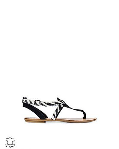 Till dam från Pieces, en svart sandal.