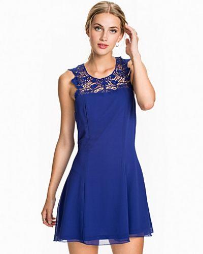 Blå klänning från NLY Trend till dam.