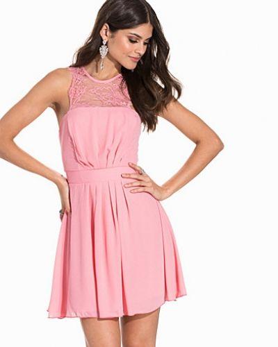 Till dam från Elise Ryan, en rosa klänning.
