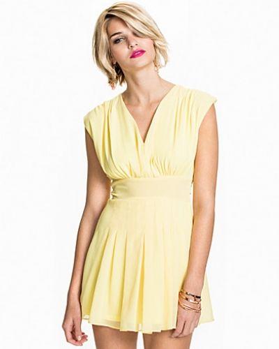 Till dam från Club L, en gul klänning.