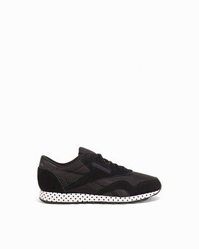 Till dam från Reebok Classics, en svart sneakers.