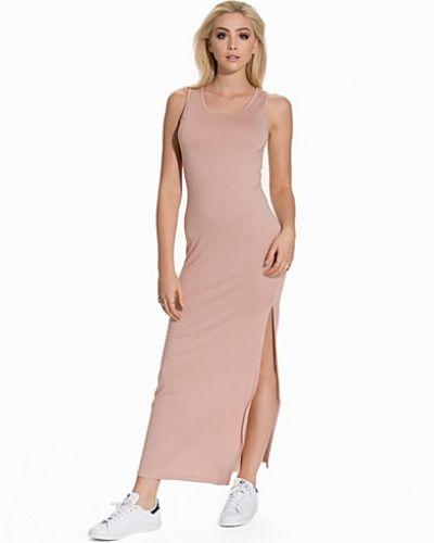 Beige maxiklänning från NLY Trend till dam.