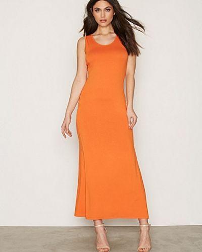 Till dam från NLY Trend, en orange maxiklänning.