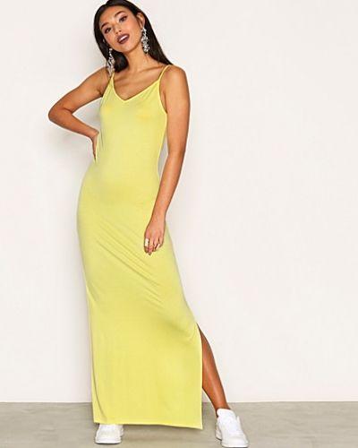 Till dam från NLY Trend, en gul maxiklänning.