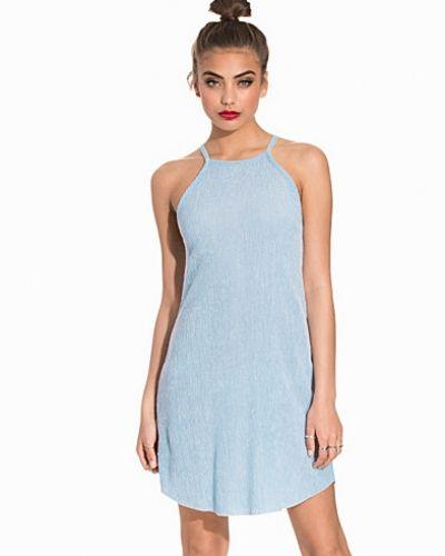 Till dam från NLY Trend, en blå klänning.