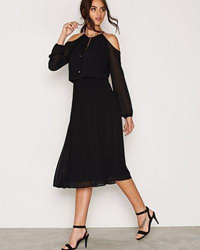 Till dam från MICHAEL Michael Kors, en svart festklänning.