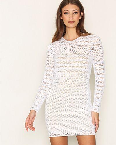 Till dam från MICHAEL Michael Kors, en vit långärmad klänning.