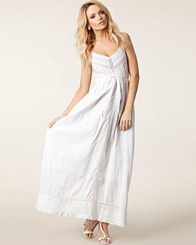 Till tjejer från Awear, en vit studentklänning.