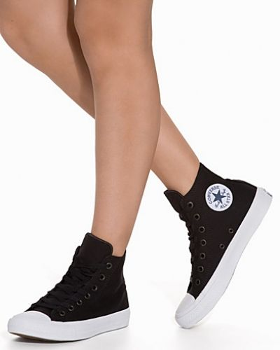 Till dam från Converse, en svart sneakers.