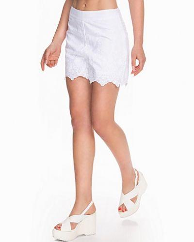 Till dam från New Look, en vit shorts.