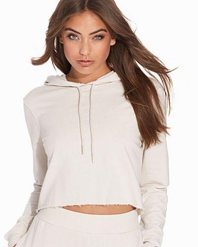 Grå hoodie från NLY Trend till dam.