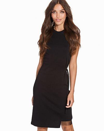 Till dam från Diesel, en svart klänning.