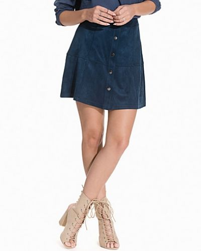 Till kvinna från NLY Trend, en blå minikjol.