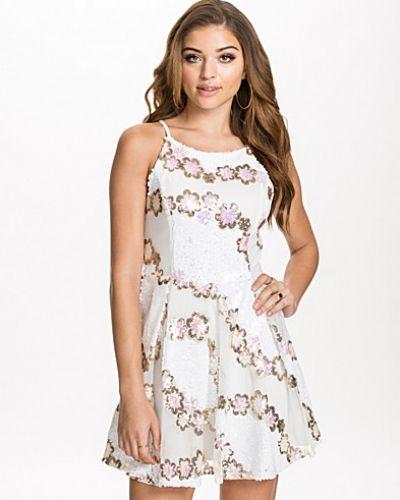 Till tjejer från Glamorous, en vit studentklänning.
