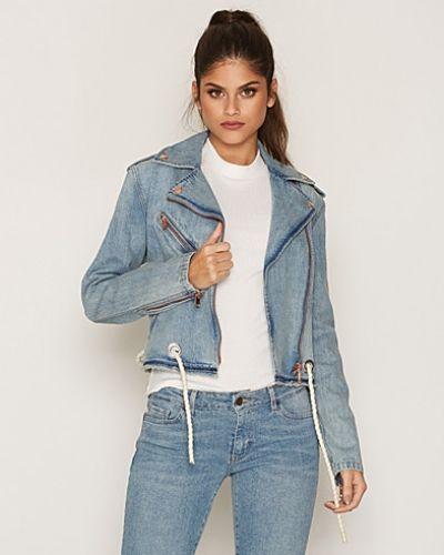 Till dam från Diesel, en blå jeansjacka.