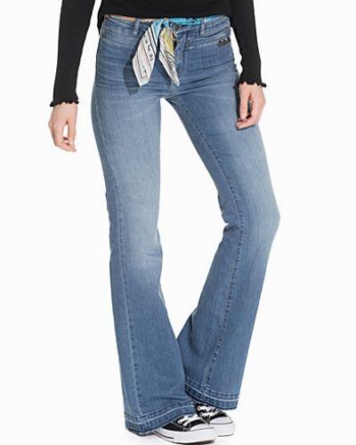 Till tjejer från Odd Molly, en blå bootcut jeans.