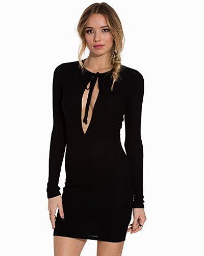 Till dam från NLY Trend, en svart långärmad klänning.