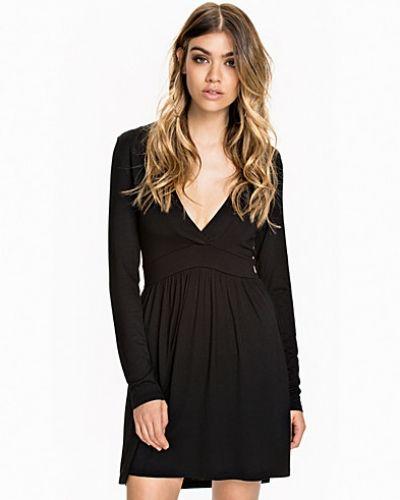Långärmad klänning Deep V Dress från NLY Trend