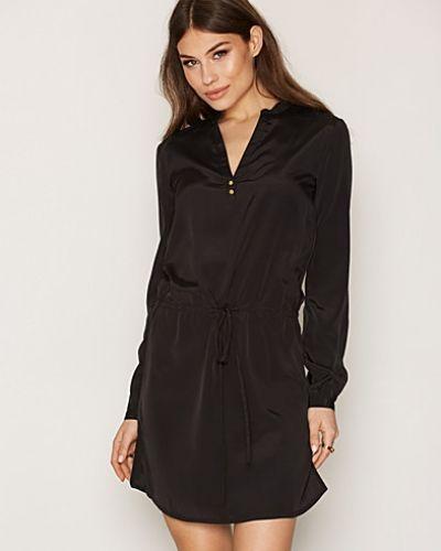 Långärmad klänning Detailed Shirt Dress från NLY Trend