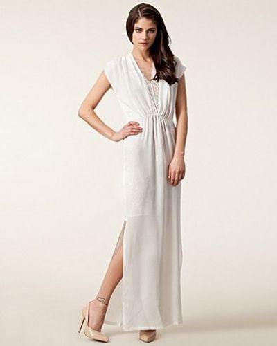 Till tjejer från Säby, en vit studentklänning.