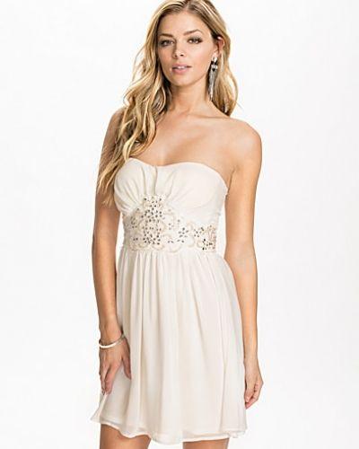 Till dam från Elise Ryan, en vit bandeauklänning.
